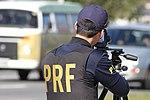 Policiais rodoviários federais operam radar móvel na Linha Verde, em Curitiba (29071639282).jpg
