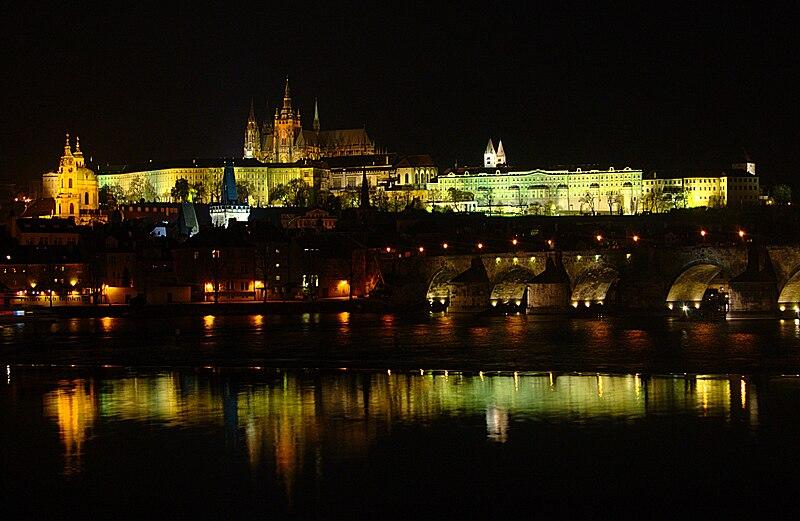 File:PragueCastleNight.jpg