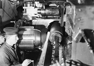 Welin breech block - Leftward-opening breech of British 12-inch gun on HMAS Australia, 1918. This breech was locked by rotating counter-clockwise
