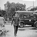 Rechercheurs van politie (in witte spijkerpakken) verricht arrestaties in Studio, Bestanddeelnr 924-8579.jpg