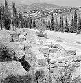 Ruines van een synagoge met op de achtergrond huizen van het nieuwe dorp, Bestanddeelnr 255-2606.jpg