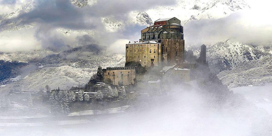 Sacra di San Michele avvolta dalle nebbie01.jpg
