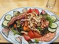 Salatteller mit Hähnchenbruststreifen, Speck und Scampi 1.jpg