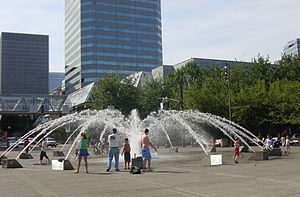 Tom McCall Waterfront Park - Salmon Street Springs in summer (July 2005)