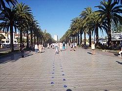 https://upload.wikimedia.org/wikipedia/commons/thumb/c/c3/Salou_boulevard.jpg/250px-Salou_boulevard.jpg