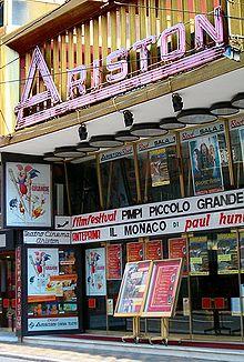 Il Teatro Ariston di Sanremo, nel corso della 43ª edizione del Festival della Canzone Italiana, ospitò la prima esecuzione pubblica del brano, alla quale seguì la vittoria del concorso nella sezione Novità