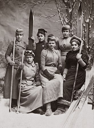 History of skiing - Young women of Oslo (then Christiania) skiing association, about 1890. Single pole technique photographer Gihbsson/National Library of Norway