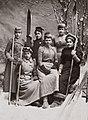 Seks unge kvinner fra Kristiania skiforening, 1890-årene (8592417676) (cropped).jpg