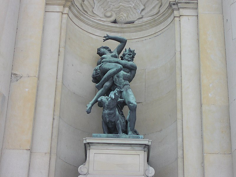 File:Statue in front of Royal Palace, Stockholm.jpg