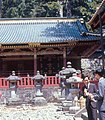 Stone lanterns, middle of three sacred storehouses, Nikkō Tōshō-gū (日光東照宮 中神庫 と 石灯籠) (1967-05-06 by Roger W).jpg