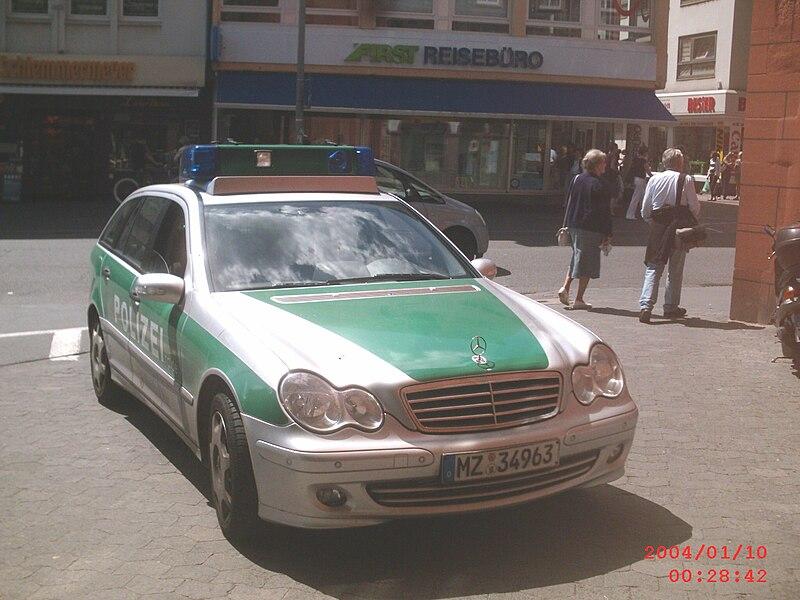 File:Streifenwagen Mercedes-Benz C-Klasse der Polizei Rheinland-Pfalz hier fotografiert in Mainz.JPG