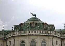 La celebre statua del cervo, opera in bronzo di Francesco Ladatte, che sovrasta la cupola del salone centrale della Palazzina