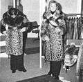 T. Szemere, Pelzkonfektionär in Frankfurt am Main, neue Verkaufsräume 1972 (1) Leopard- und Jaguarmantel.jpg