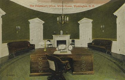 Taft Oval Office, completed 1909. Nearly identical in size to the modern office, it was damaged by fire in 1929 and demolished in 1933. TaftOval1909.jpg