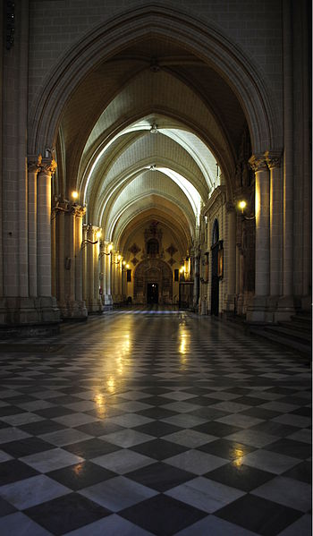 File:Toledo Cathedral interior, August 2012.JPG