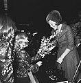 Twee meisjes bieden de prinses bloemen aan, Bestanddeelnr 926-8291.jpg