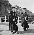 Twee pedels lopen over de brug over het Rapenburg bij het Academiegebouw, Bestanddeelnr 900-7912.jpg