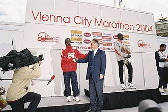 Vienna City Marathon - President Heinz Fischer at 2004 awards ceremony