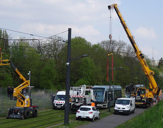 Valenciennes & Anzin - Déraillement de la rame de tramway n° 17 à la sortie du dépôt de Saint-Waast le 11 avril 2014 (084).JPG