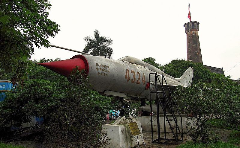 [800px-Vietnam_People%27s_Air_Force_MIG-21_%284324%29]