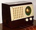 Vintage Emerson Catalin Plastic Table Radio, Model 520, AM Band, 5 Vacuum Tubes, Made In USA, Circa 1946 (7105794235).jpg