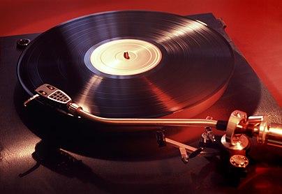https://upload.wikimedia.org/wikipedia/commons/thumb/c/c3/Vinyl_Player_Original.jpg/405px-Vinyl_Player_Original.jpg