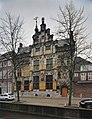 Voorgevel uitgevoerd met balustrade en de trapgevel met pinakels - Delft - 20389930 - RCE.jpg