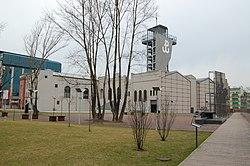 Budynek muzeum z wieżą z symbolem Polski Walczącej