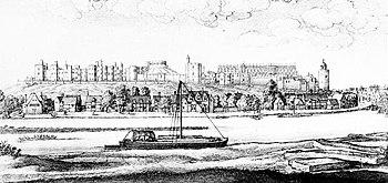Eine Schwarzweiss-Skizze einer Flussszene.  Im Vordergrund des Bildes fließt ein Fluss, an dem sich ein Segelboot entlang bewegt.  In der Mitte, jenseits des Flusses, befindet sich eine kleine Stadt, und dahinter, auf einem Kamm, erstreckt sich eine Burg über die Rückseite des Bildes.