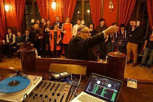 Česká unie židovské mládeže slaví svátek Chanuka společně s Vrchním rabínem Karolem Sidonem