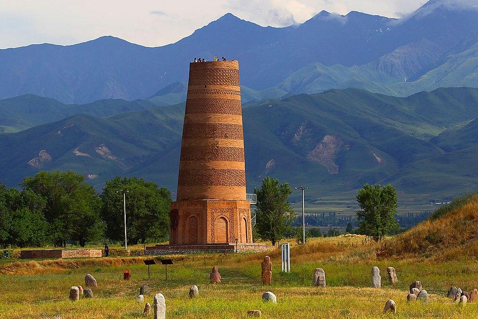Башня Бурана на фоне Киргизского хребта
