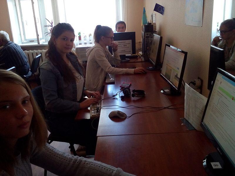 Учасники вікімарафону працюють над статтями. Автор фото — Вальдимар