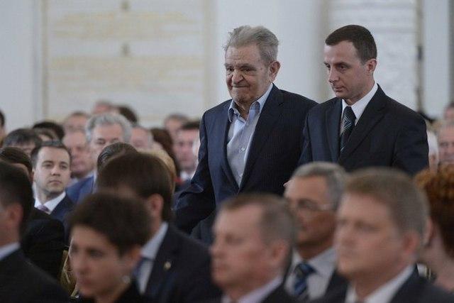 Лауреат Государственной премии Российской Федерации в области литературы и искусства Фазиль Искандер (слева)