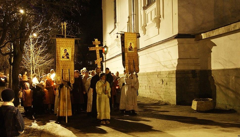 Пасхальный крестный ход вокруг покровского собора