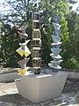 1170 Rudolf Goldscheid-Gasse 1-5 - Brunnen mit 3 Keramiksäulen Abstrakte Darstellung von Wander Bertoni 1953 IMG 5032.jpg