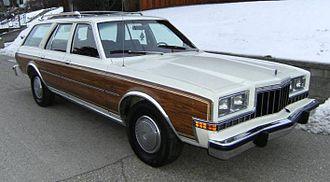 Dodge Diplomat - Image: 1980 Dodge Diplomat station wagon, f R