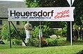 1996-09 Heuersdorf Schild und Kunstwerk.jpg