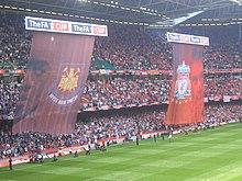 L'immagine di Gerrard a destra sulla bandiera del Liverpool prima dell'inizio della finale di FA Cup 2006 contro il West Ham.