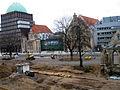 2013 Ausgrabung Alter St. Nikolai-Friedhof Nikolaikapelle Hannover, 62a, Fortführung Baggerarbeiten, Einebnung der Grabungsstelle, Blick vom 2. Stock Goseriede Richtung Anzeiger Hochhaus.jpg