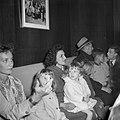 Aankomst 42 passagiers van de Santa Maria op Schiphol. De familie Van Venetië, Bestanddeelnr 912-0565.jpg