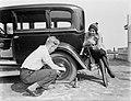 Actrice en fotomodel Cissy van Bennekom zit op de achterbumper van de auto en ki, Bestanddeelnr 252-0491.jpg