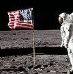 Buzz Aldrin saluant le drapeau, et photo prise quelques secondes après; le drapeau n'a pas changé de position.