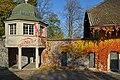 Ansicht vom Schlossweg auf die ehemalige Umfassungsmauer mit angebautem Pavillion und der Scheune 2012-11-14 14-22-08.jpg