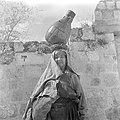 Arabische vrouw met waterkruik op het hoofd bij een muur, Bestanddeelnr 255-1427.jpg