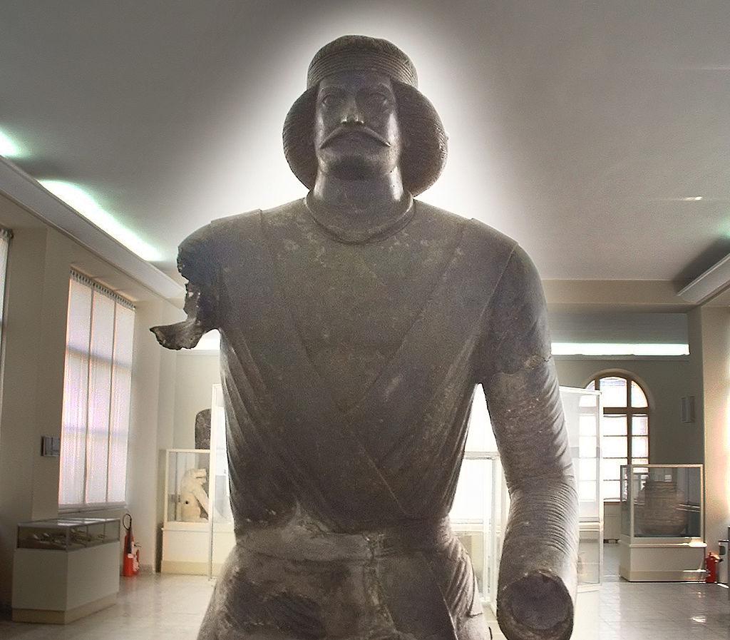 تندیس یک فرد پارتی که گفته میشود شمایل سردار سورنا است. این مجسمه در ایذه پیدا شده و در موزه ملی ایران است.