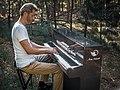 Arne Schmitt mit seinem Karbon-Pianino im Wald (2020).jpg