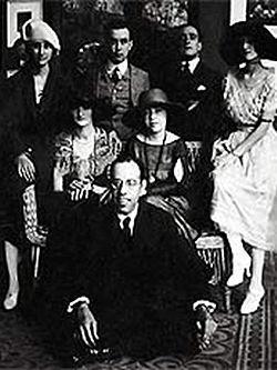 Mário de Andrade (sentado), Anita Malfatti (sentada, ao centro) e Zina Aita (à esquerda de Anita), em 1922.