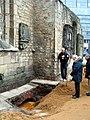 Aushub per Bagger 1m Alter St. Nikolai-Friedhof Nikolaikapelle Hannover, 30e2, stilles Gedenken von Bürgern nach der Rede von Hanna Kreisel-Liebermann.JPG