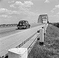 Auto rijdt naar de brug over het Amsterdam-Rijnkanaal bij Jutphaas, Bestanddeelnr 252-0131.jpg