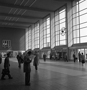 Heidelberg Hauptbahnhof - Main hall of the new entrance building (1957).